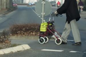 Mann mit Rollator, Foto: uschi dreiucker  / pixelio.de